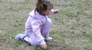 Kluger Vati schafft Ostereier, die für seine blinde Tochter piepsen, um zu jagen