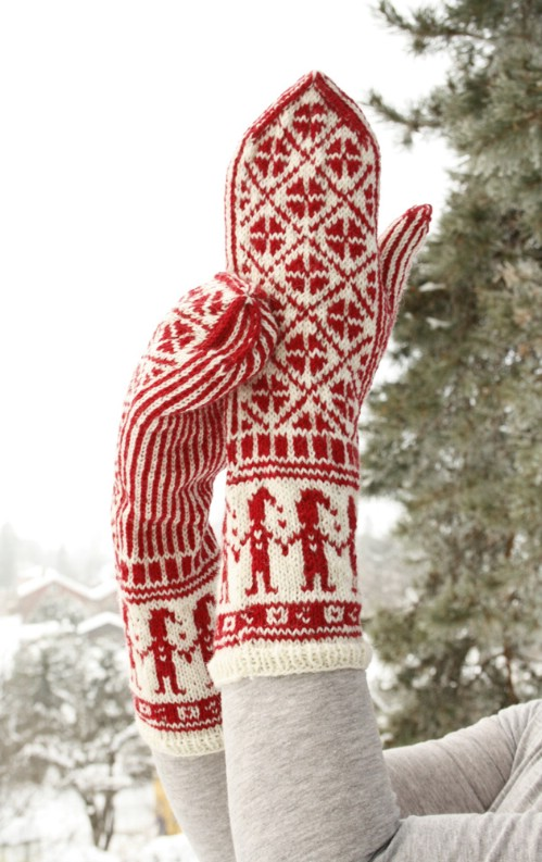 16 entzückende gestrickte Weihnachtssocken und -handschuhe mit freien Mustern