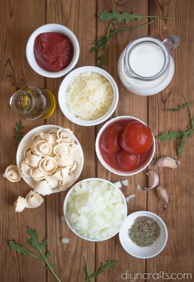 Diese einfache Eintopf-Tomaten-Tortellini-Suppe ist perfekt für anstrengende Wochenenden
