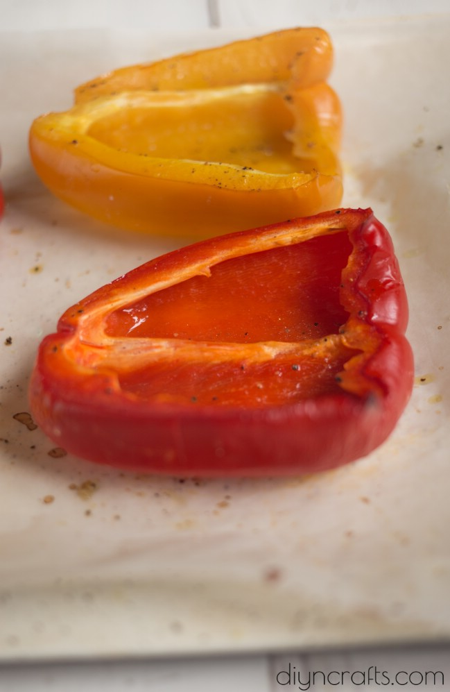 Lecker drei Käse gefüllte Paprika sind eine wunderbare italienische Mahlzeit in einem Gericht
