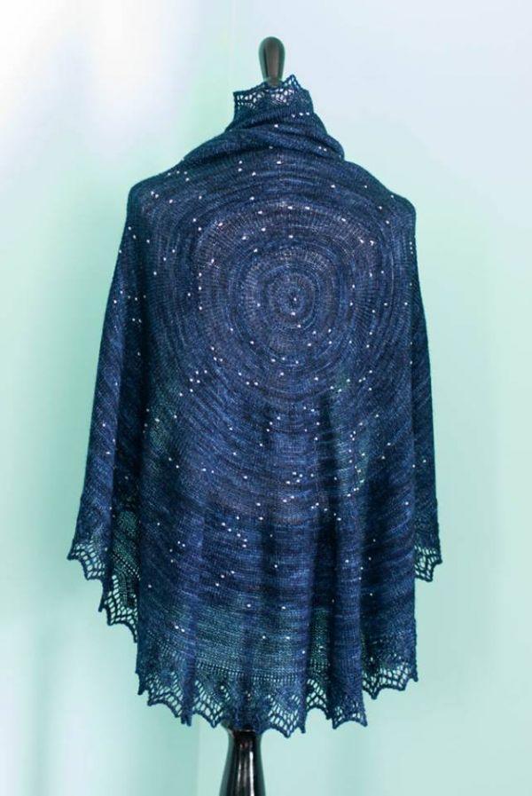 Dieses DIY Strickprojekt ist mehr als nur ein exquisiter Schal - es ist eine Karte der Sterne in unserem Himmel!